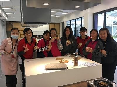 學生參與 cup cake 烘培工作坊